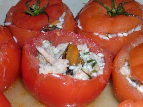 Pomodori ripieni con riso e frutti di mare