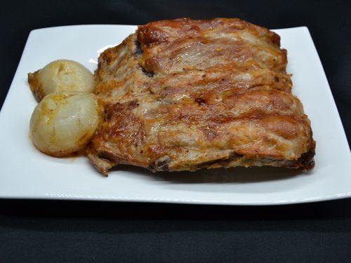 Costine di maiale in salse e cipolle