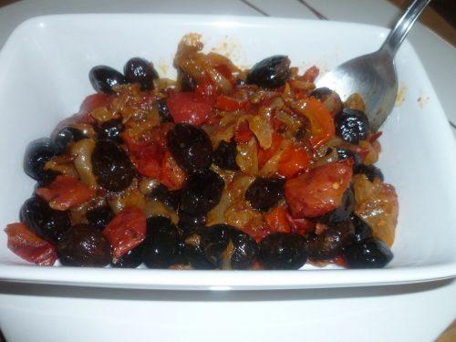 Ricetta – Contorno di olive nere cipolla e pomodori