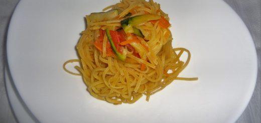 taglierini-alluovo-con-verdure-in-salsa-di-soia