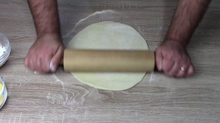 In spianatoia cospargere le due farine